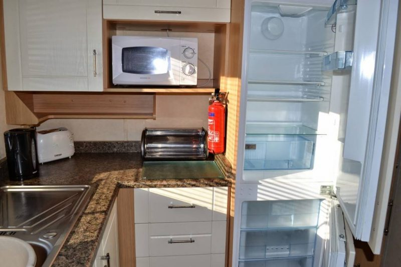 Park-Resorts-Eyemouth-caravan-kitchen