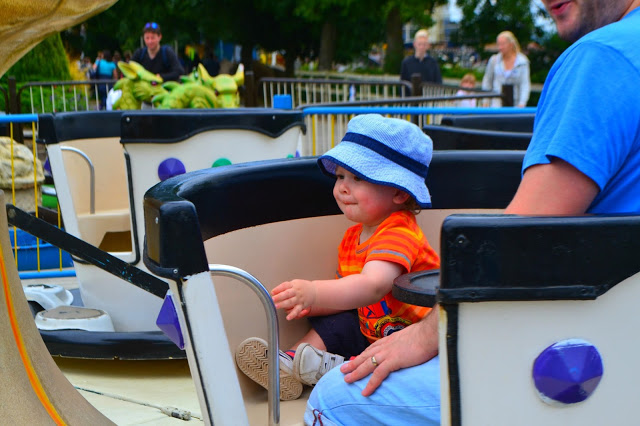 Lightwater Valley with child riding the teacups