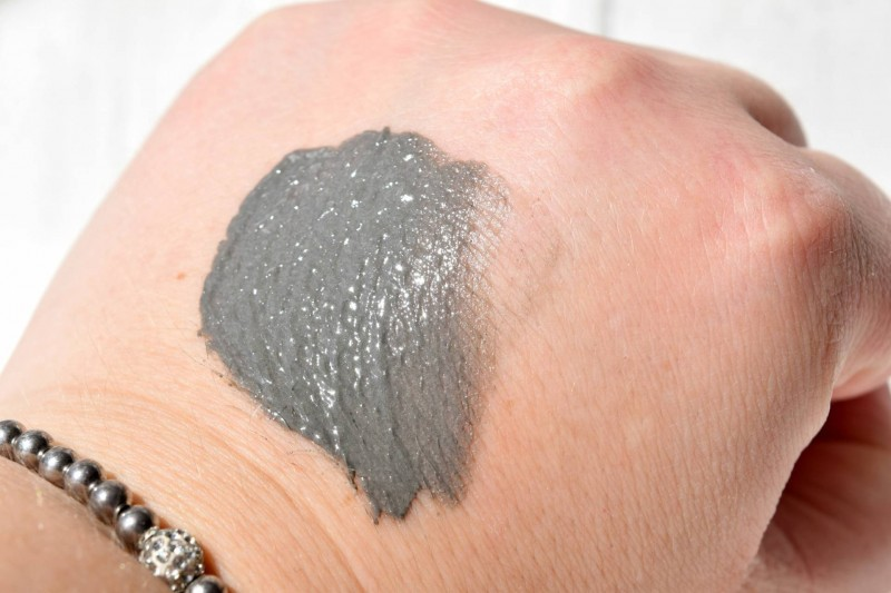 Dermalogica-charcoal-masque-hand